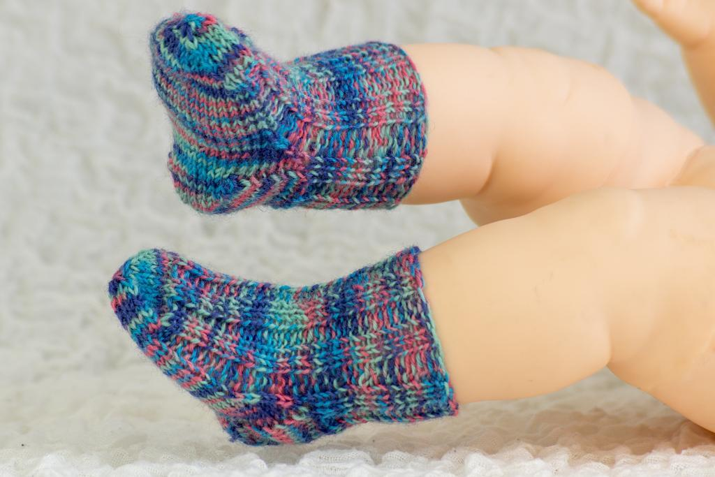 Knitting Designs For Newborn Babies : Knit newborn baby socks free knitting pattern