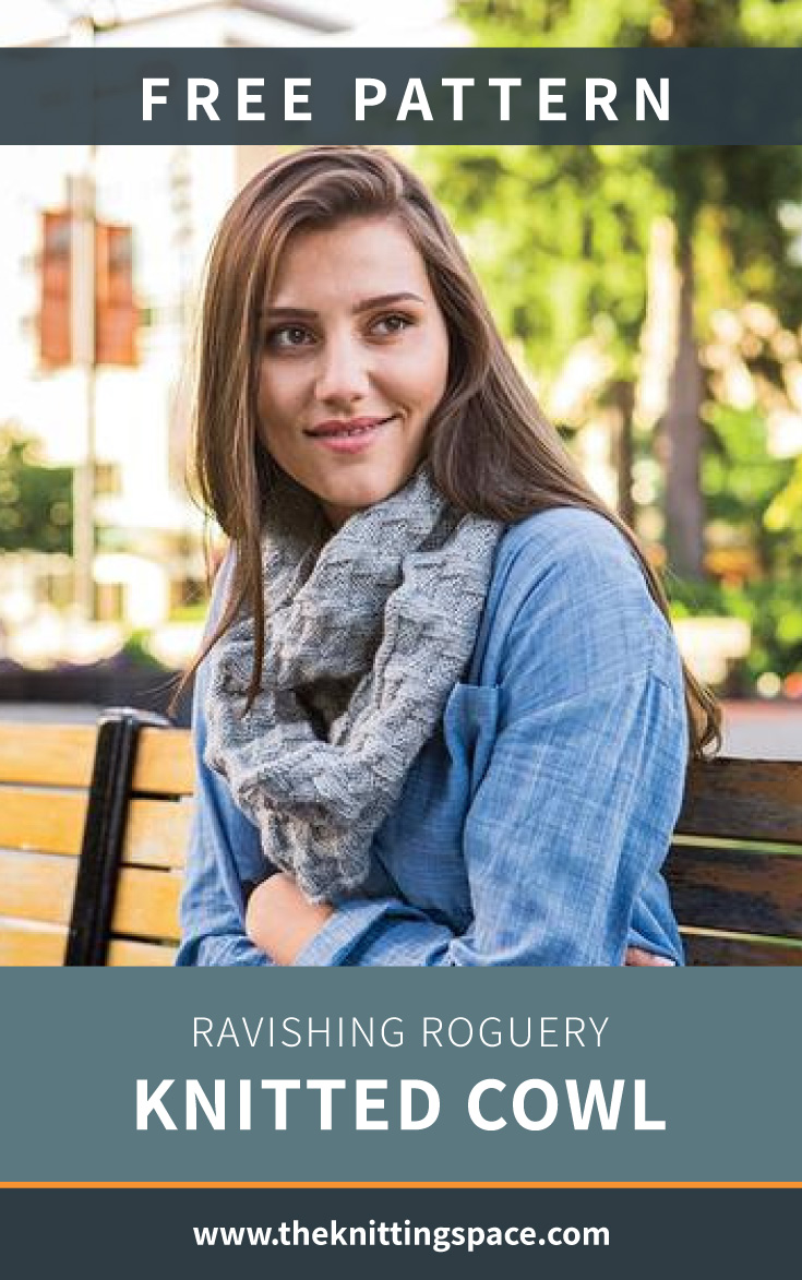 """Femme portant un capuchon tricoté gris et texte qui dit  """"Patron gratuit: Ravishing Roguery Knitted Cowl, theknittingspace.com"""""""